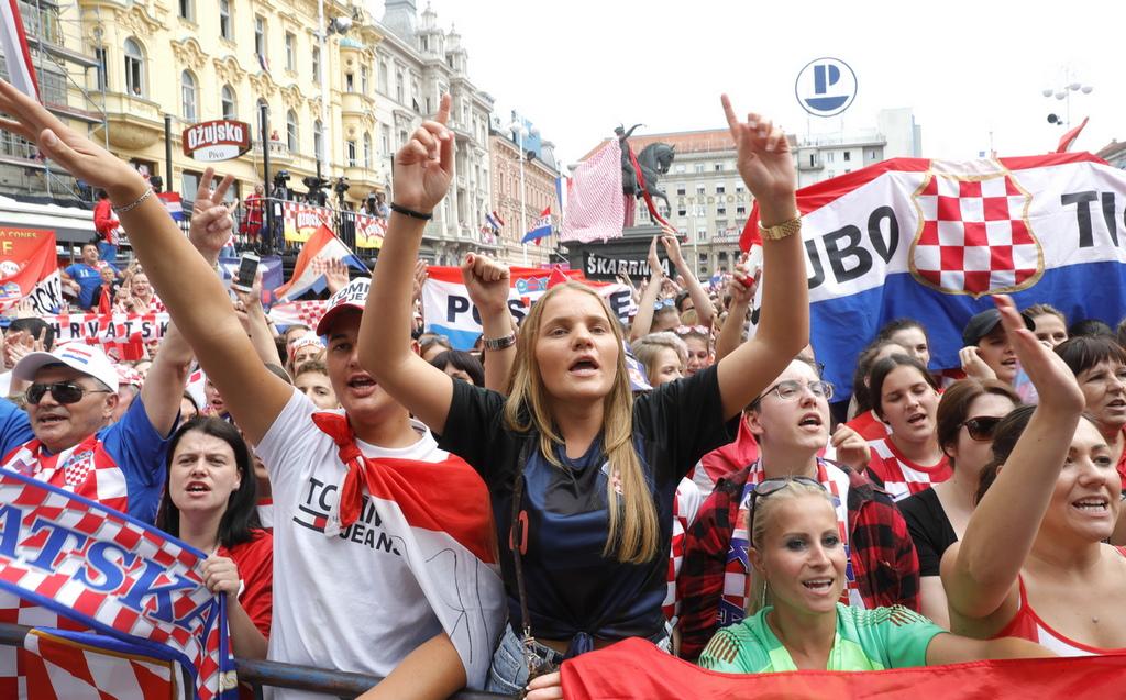 """""""По-лесно е да спечелиш среброто, отколкото да стигнеш до Бан Йелачич"""",""""Това е най-голямото събиране на хора в историята на страната"""", """"Ние се гордеем с нашите герои!"""" - писаха потребители от цялата страна в съобщения, които по време на излъчването преминаваха през екрана на националната телевизия."""