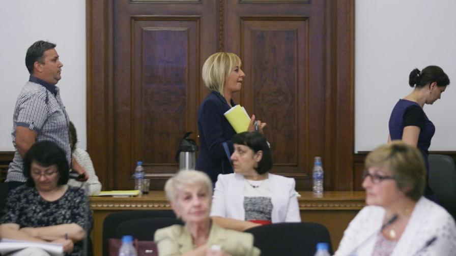 Изгониха Мая Манолова от заседанието за ТЕЛК