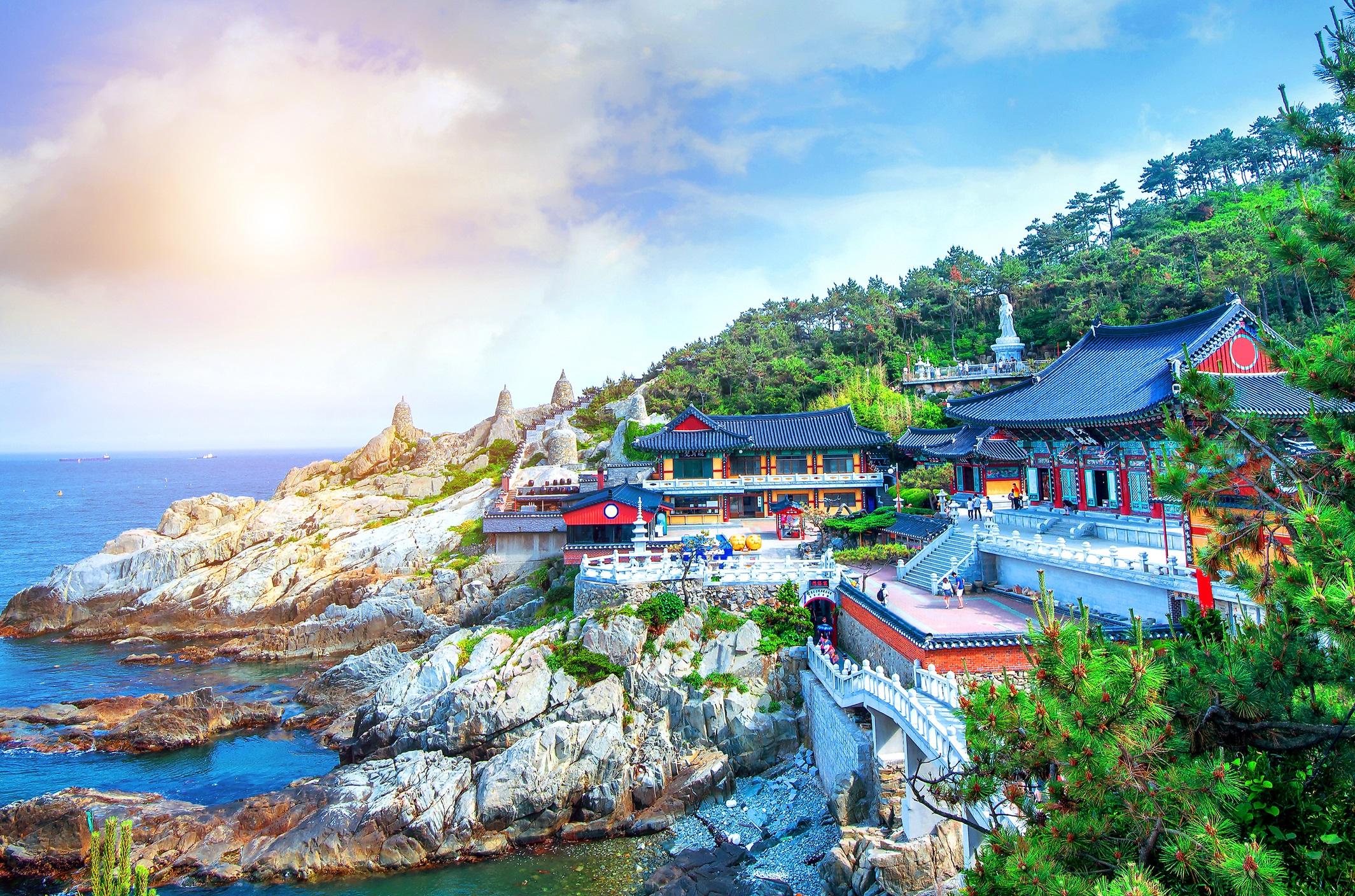 Бусан, Южна Корея<br /> <br /> Вторият по големина град в Южна Корея лека полека излиза от сянката на Сеул. Бусан е зашеметяващо сливане между природа, култура и кухня. Градът предлага активности, които да задоволят всички пътешествници – изкачване на хълмове до будистки храмове, отпускане в горещи извори и пиршество с морски дарове.