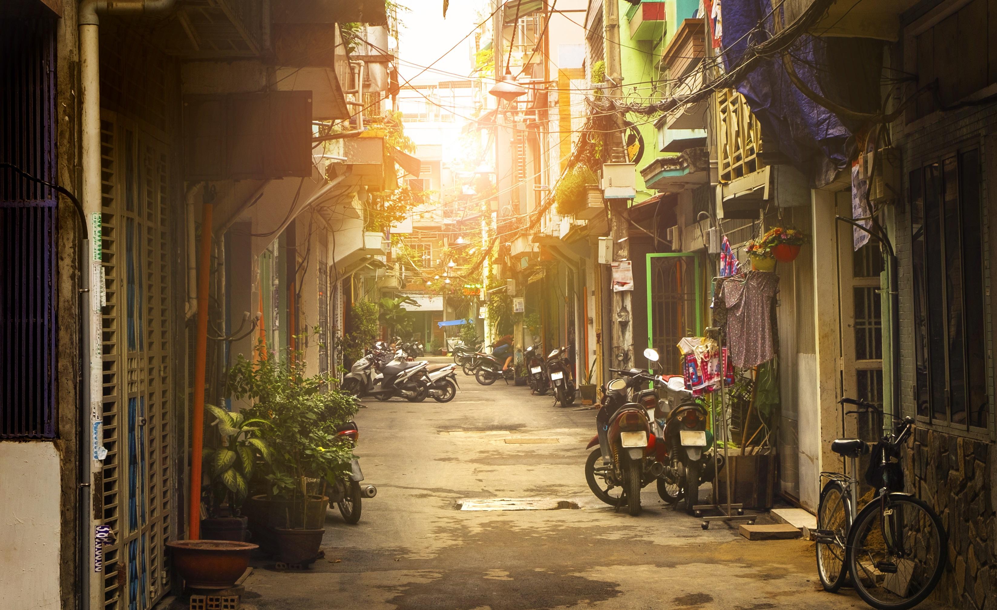 Хо Ши Мин, Виетнам<br /> <br /> Суперградът, който по някакъв начин продължава да става все по-готин и по-готин. Старите жилищни блокове са колонизирани от магазини за винтидж дрехи и независими кафенета, както и иновативни пивоварни, които правят града една от най-добрите дестинации за крафт бира в Югоизточна Азия. Всичко това, заедно със старите традиции на града го правят дестинация, която просто трябва да посетите.