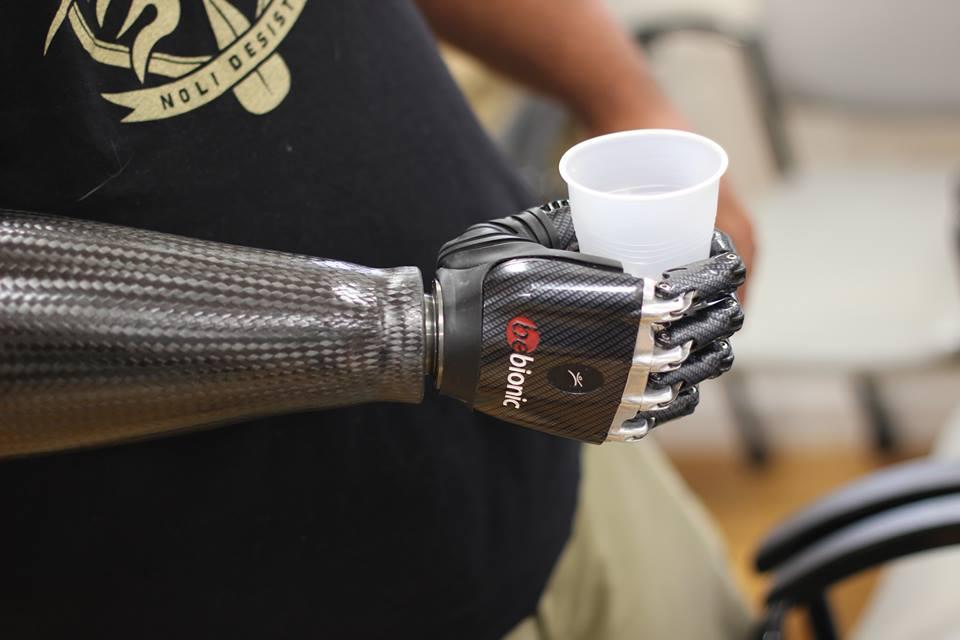 Бионичната ръка има 14 позиции и захвати, а за по-голям реализъм се предлага с ръкавица с телесен цвят.