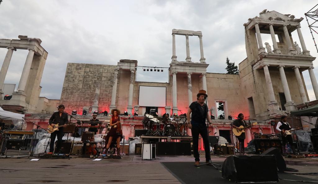 Аделмо Форначари, известен със сценичния си псевдоним Zucchero, е един от най-успешните италиански музиканти, с блестяща кариера повече от три десетилетия.