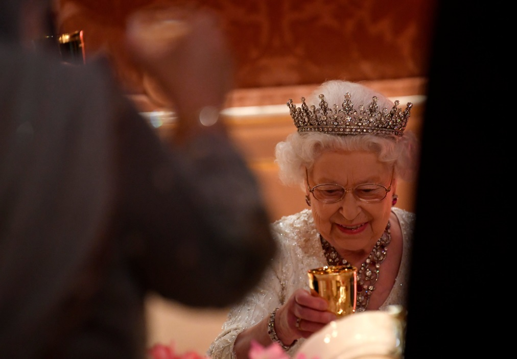 """Кралица Елизабет Втора обичала стекове й да са добре изпечени, а не да са полу-сурови, """"алангле"""". Любимите блюда на кралицата задължително включват масло и сметана."""