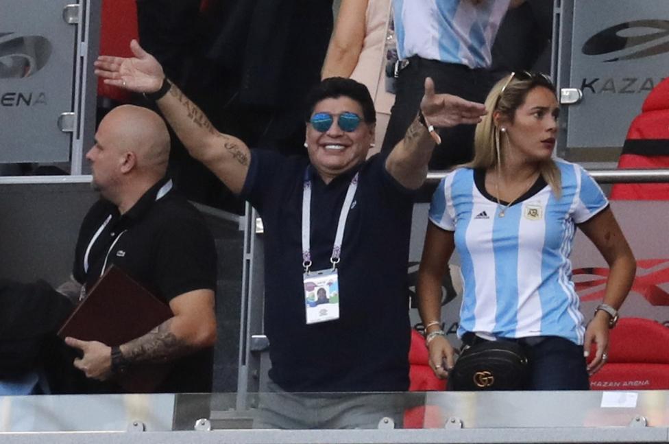 - Футболната легенда Диего Марадона се сгоди за 28-годишната си приятелка Росио Олива. Той ѝ е подарил пръстена на рождения ѝ ден, който празнували в...