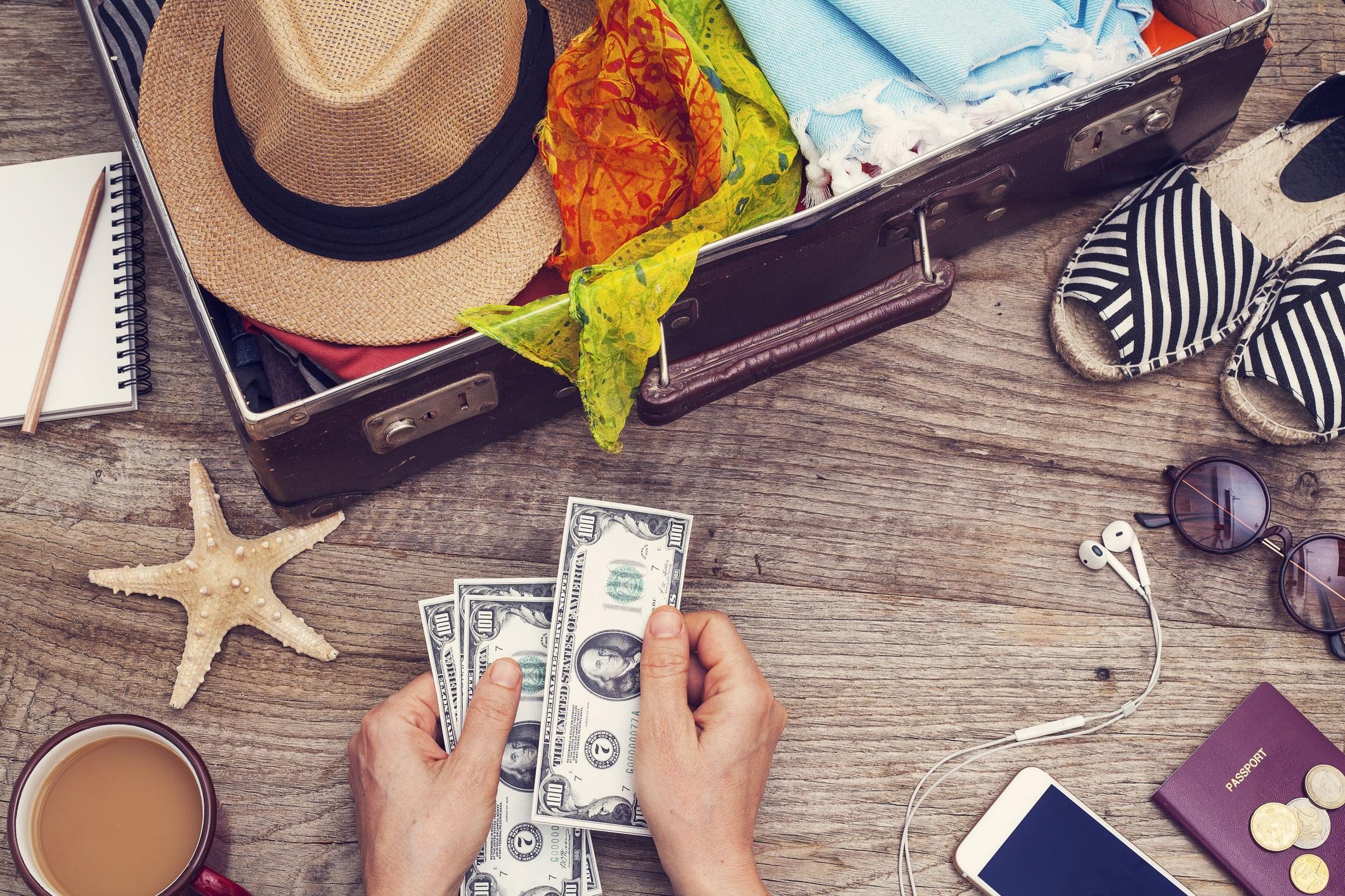 Определете бюджет<br /> <br /> Нищо не може да съсипе ваканционното настроение така, както когато разберете, че сте похарчили за пътуването повече, отколкото сте планирали. Ето защо, щом решите къде ще отидете, уточнете как ще бъде платено пътуването. Определете не само това, което всеки от вас е готов да похарчи, но и делът, с който всеки от вас ще участва във финансирането на пътуването. Може да си разделите разходите, може партньорът ви да държи да поеме всичко, но не предполагайте. Парите са труден и досаден въпрос, особено в нова връзка, но пътуването може да се окаже скъпо, затова бъдете честни за това, кой какво плаща и каква е горната ви граница,. Колкото по-малко изненадващи разходи, толкова по-добре.