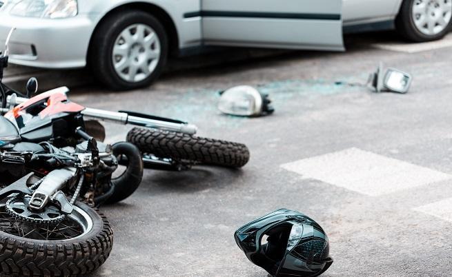 Сблъсък на мотор в кола доведе до смъртта на двама