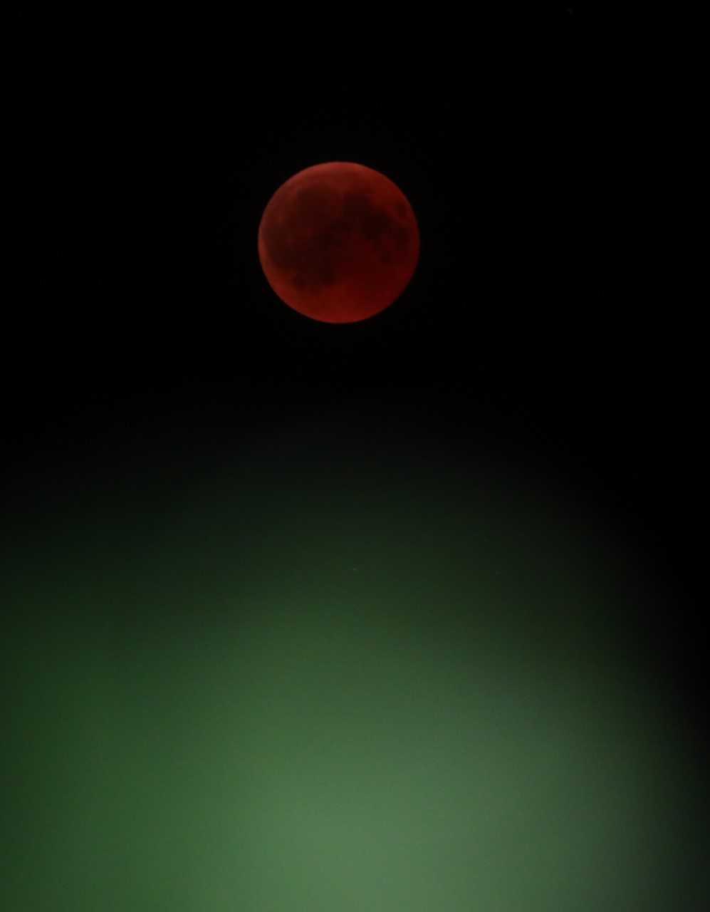 Обратно на слънчевите затъмнения, лунните затъмнения не представляват никаква опасност за зрението.