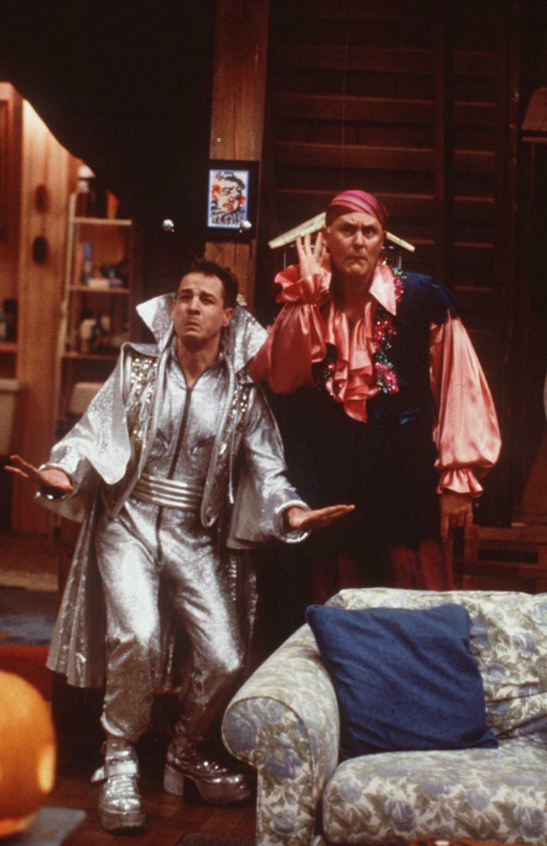 """Френч Стюарт по време на сцена от сериала """"На гости на третата планета"""""""