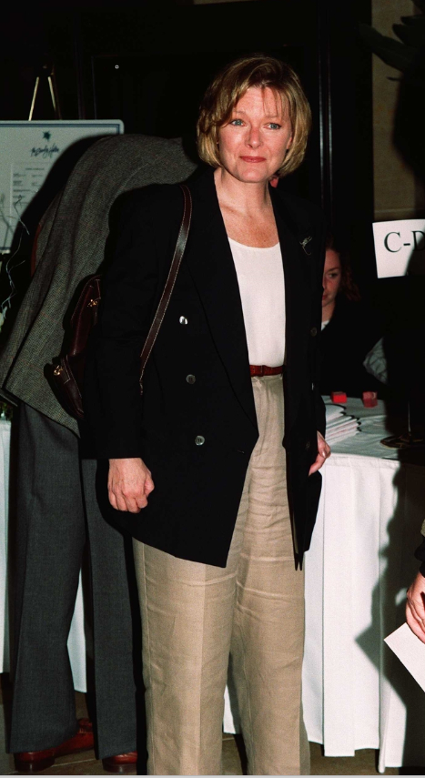 Джейн Къртин като приятелката на Дик Соломон.