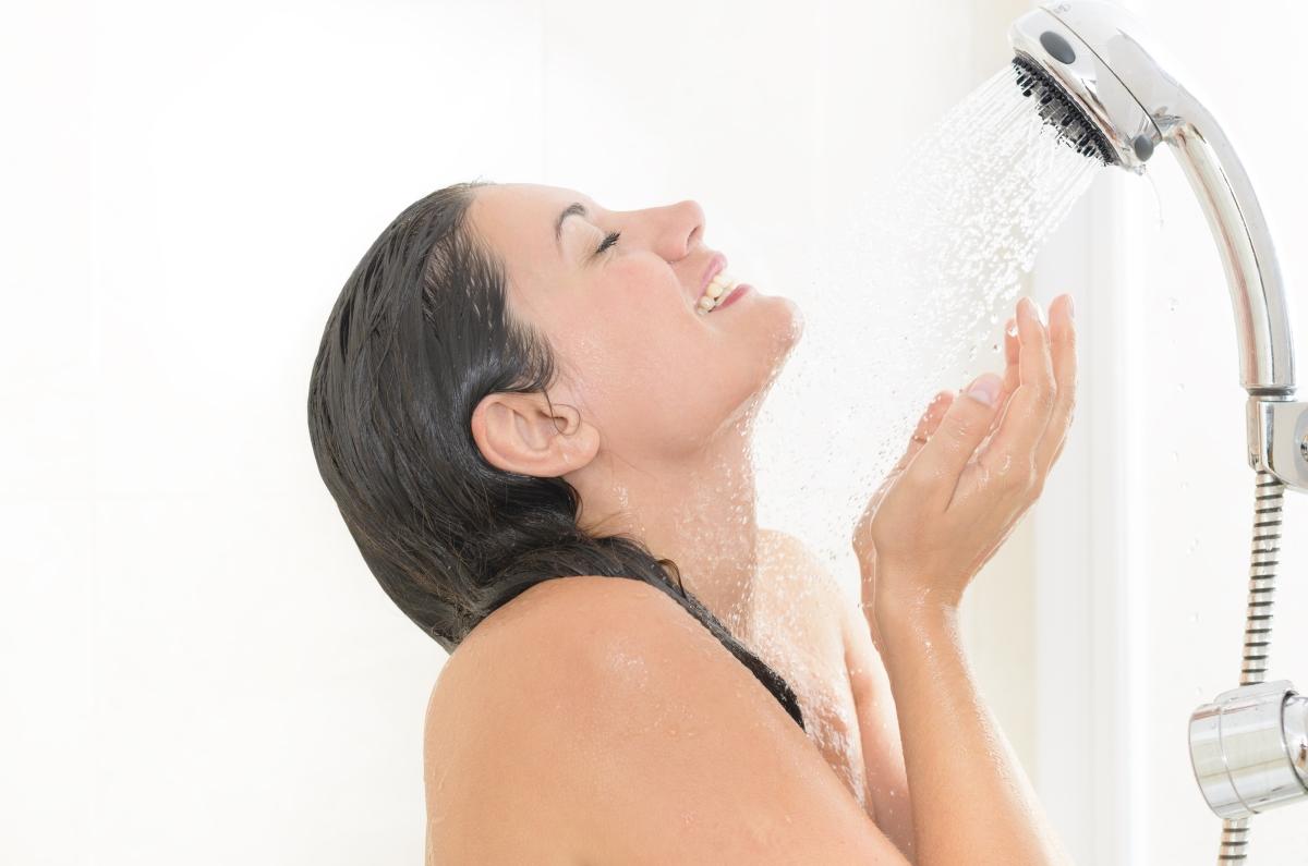Избягвайте да миете лицето си, когато сте под душа. Въпреки че това е навик, който всички ние имаме, температурата на водата, с която мием тялото си не е подходяща за лицето, тъй като за него се изисква температурата да е по-хладка.