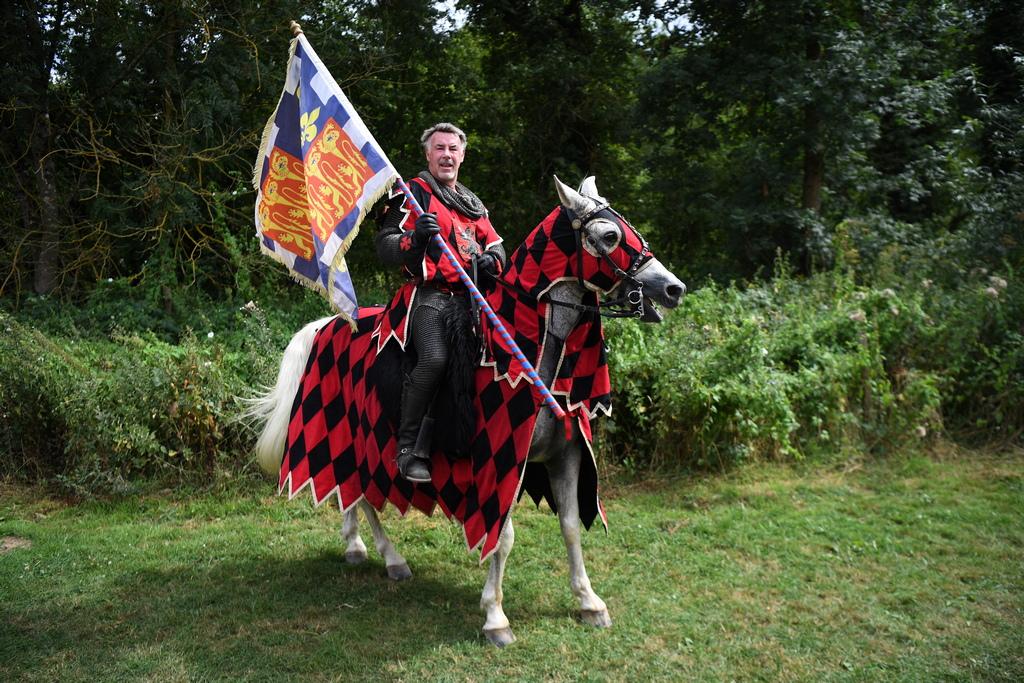 """""""Това, което искаме да направим, е да внесем средновековната история, винаги съм се интересувал от историята в определени средновековни времена и от начина, по който се използват коне при война. Всичко е автентично и искаме да покажем историята на нормалните хора."""