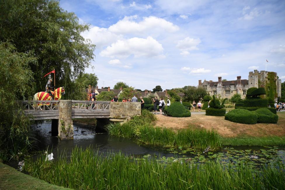 - Югоизточно от Лондон е разположен замъкът Хевър – може би един от най-живописните в Англия. Това е замъкът с най-много лица, сменящи се през...