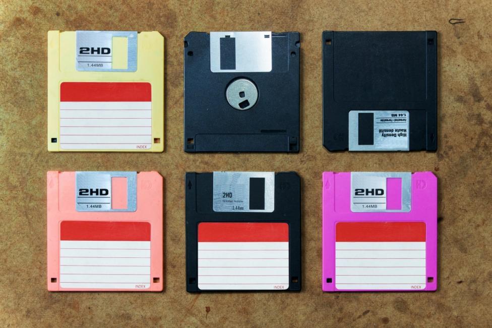 - Дискетите, които използвахме за старите компютри, когато за да имаш интернет, не можеш да имаш телефон и обратното.