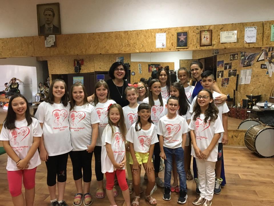 """В началото на юли месец оперната певица пристига в родния си град Гоце Делчев. Там тя организира вокална академия за деца - """"Пеещи сърца""""."""