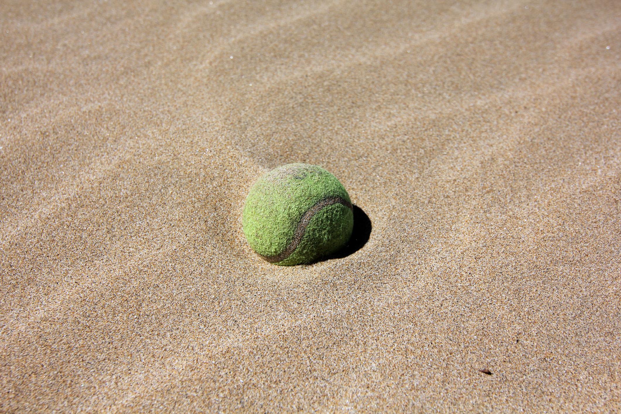 Тенис топката е съвсем логична вещ на плажа, в която никой не би се досетил, че са всичките ви пари за деня.