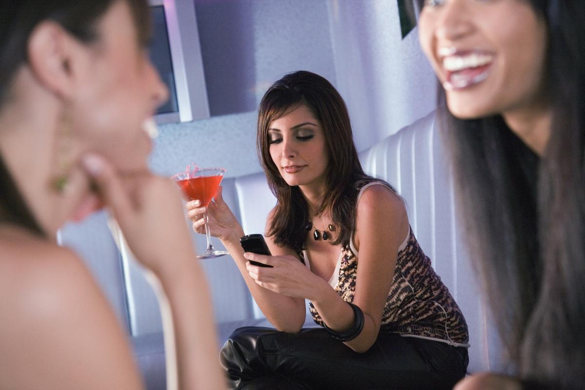 Непрекъснато ровите в телефона си, за да демонстрирате колко ви е скучно. Това няма как да ви приобщи към компанията.