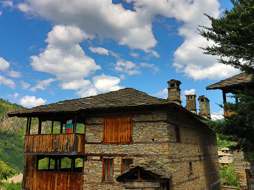 Село Ковачевица се намира в планински район, в Западните Родопи. На около 24 километра е град Гоце Делчев, а най-близкото населено място до Ковачевица е село Горно Дряново, на 5 километра. Селото е запазило автентичния си вид от XVIII - XIX век и е обявено за архитектурно-исторически резерват. Къщите са изградени почти изцяло от камък, включително и покривите, като само при най-високите последният етаж е от дърво.