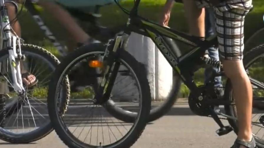 Велосипедист удари дете в парка