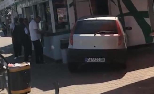 Камион блъсна кола в заведение, друга се вряза в магазин
