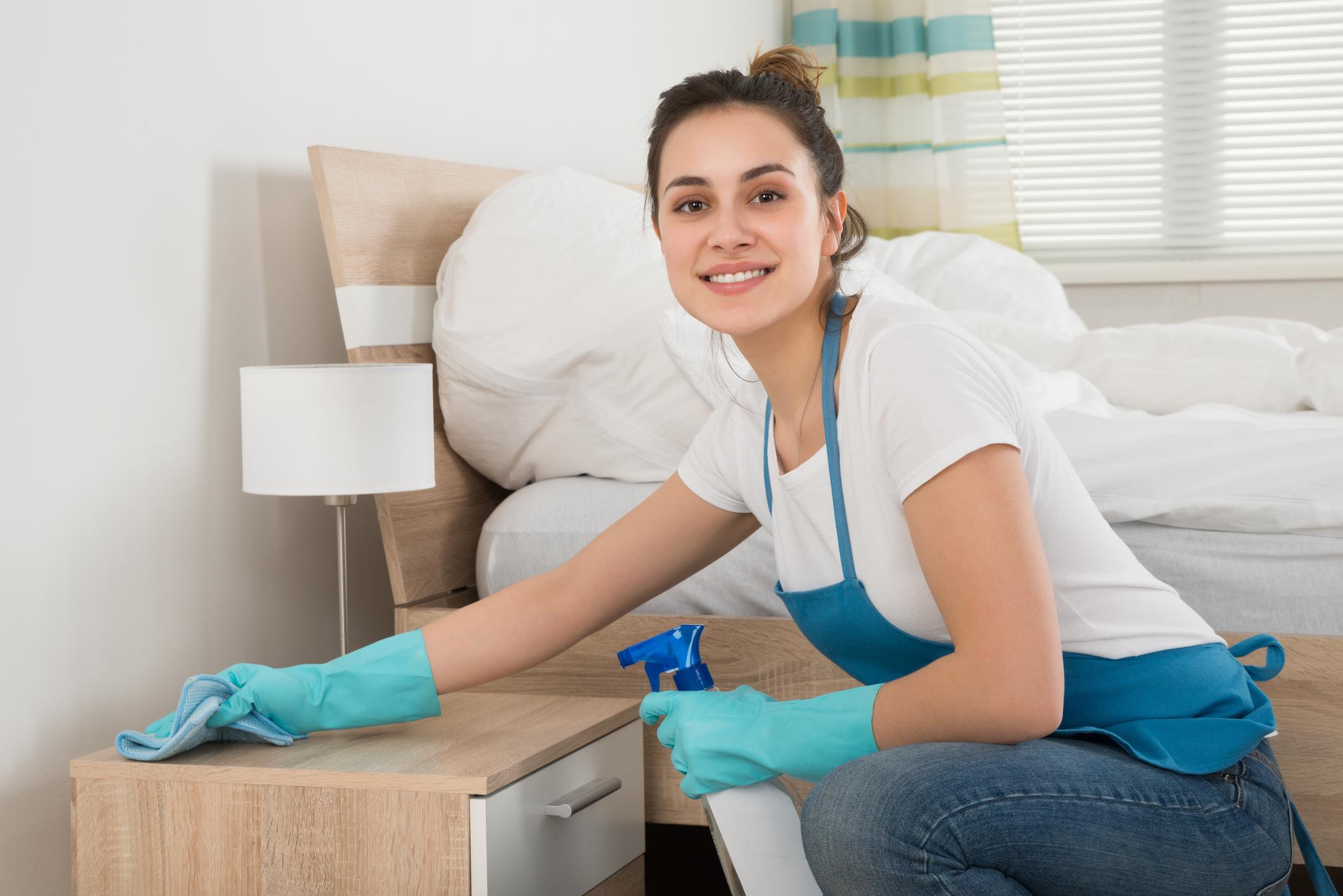 Когато почиствате с препарат против прах мебели, които са направени от дърво, трябва да знаете следното. Не пръскайте върху повърхностите, а върху кърпата, с която ще почистите. Иначе рискувате да разпръскате повече прах във въздуха.