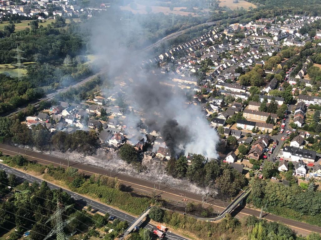 """Горещините и сухия въздух са помогнали на пламъците да се разпространят бързо до близките къщи, принуждавайки пожарникарите да се изправят срещу """"огнената стена"""". Най-малко 28 души са пострадали в пожара, трима от които са в критично състояние, според местните служители."""