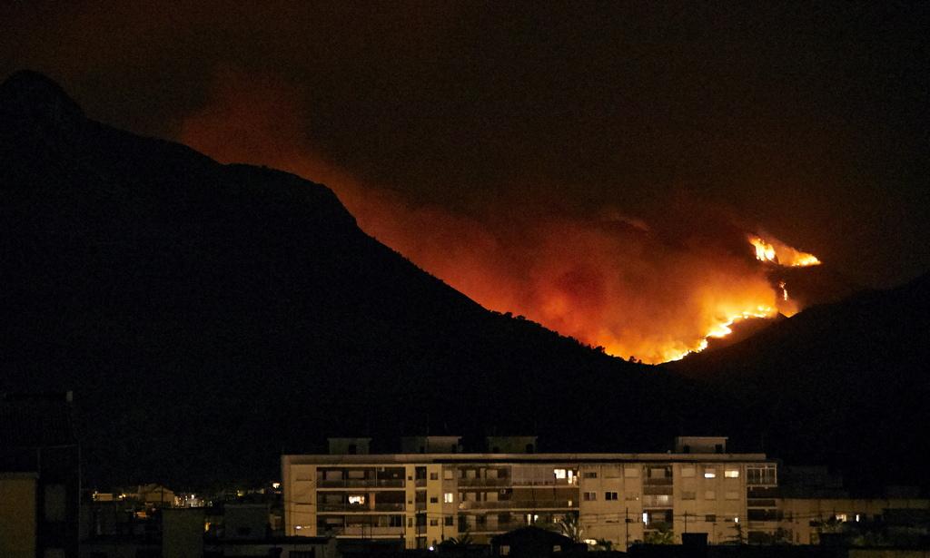 Преди три дни те съобщиха, че огънят вече е под контрол.