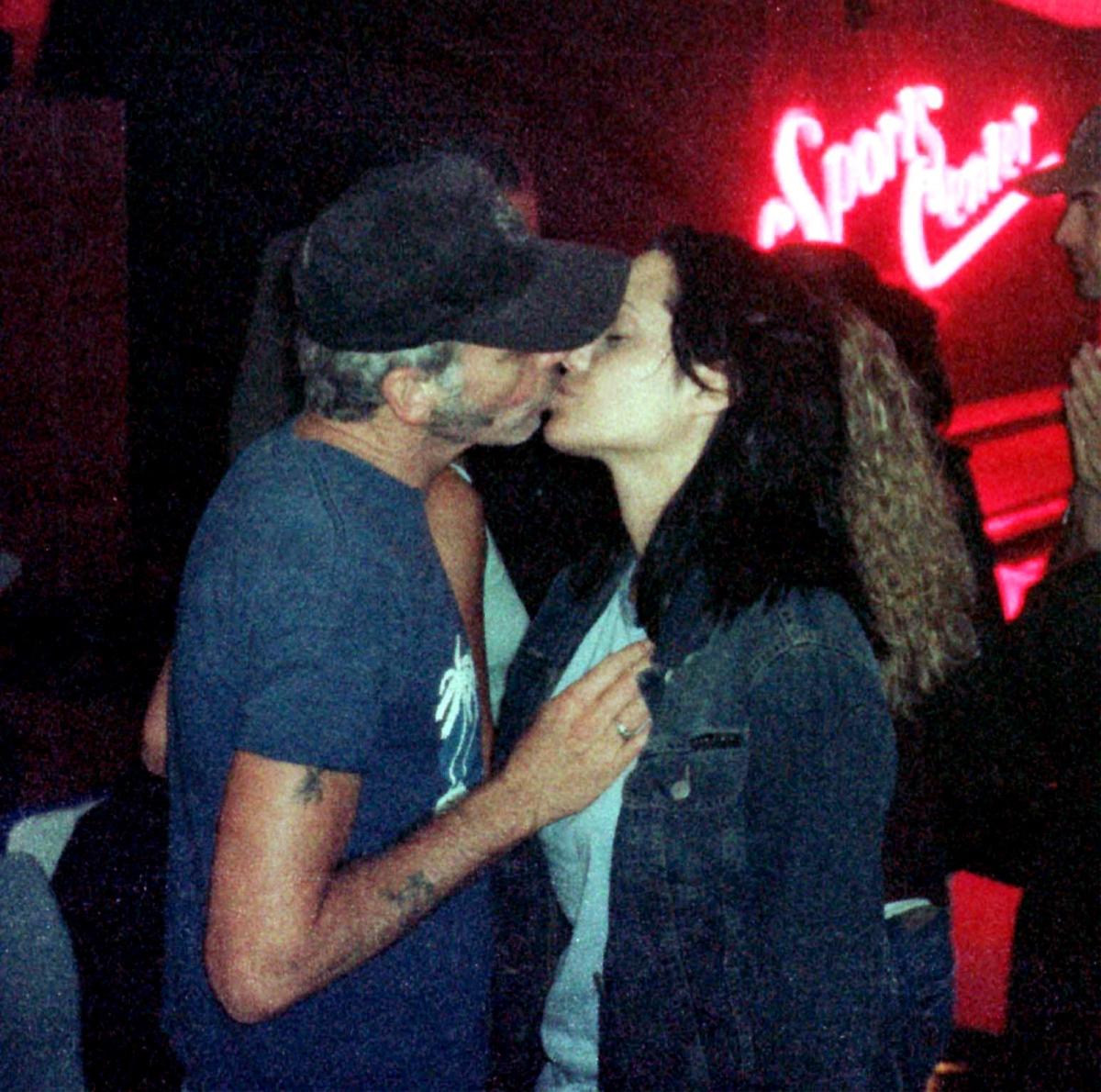 Анджелина Джоли и Били Боб Торнтън пристигат на наградите на MTv и слизайки от колата, докато още не са се пуснали казват, че току-що са правили секс.
