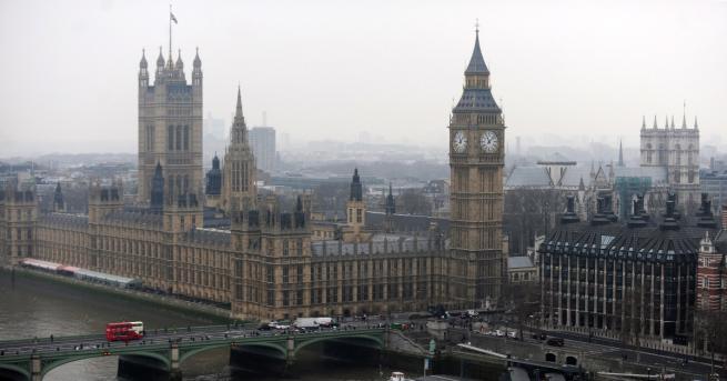 Кола се блъснав ограждения добританския парламент в Лондон, има ранени,