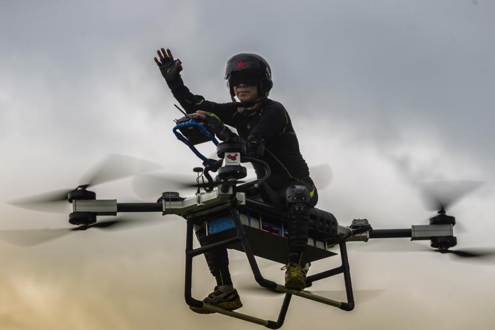 """- Джао Дели пилотира своя """"летящ скутер"""" в Дунгуан, провинция Гуангдонг, Китай."""