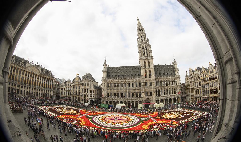 """Цветен килим - 1800 квадратни метра на тема """"Гуанахуато, културна гордост на Мексико"""" на централният площад Гран Плас в Брюксел, Белгия. Цветният килим е направен с над 500 000 далии и бегонии"""