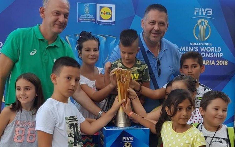 Стотици посрещнаха волейболната световна купа в Разград
