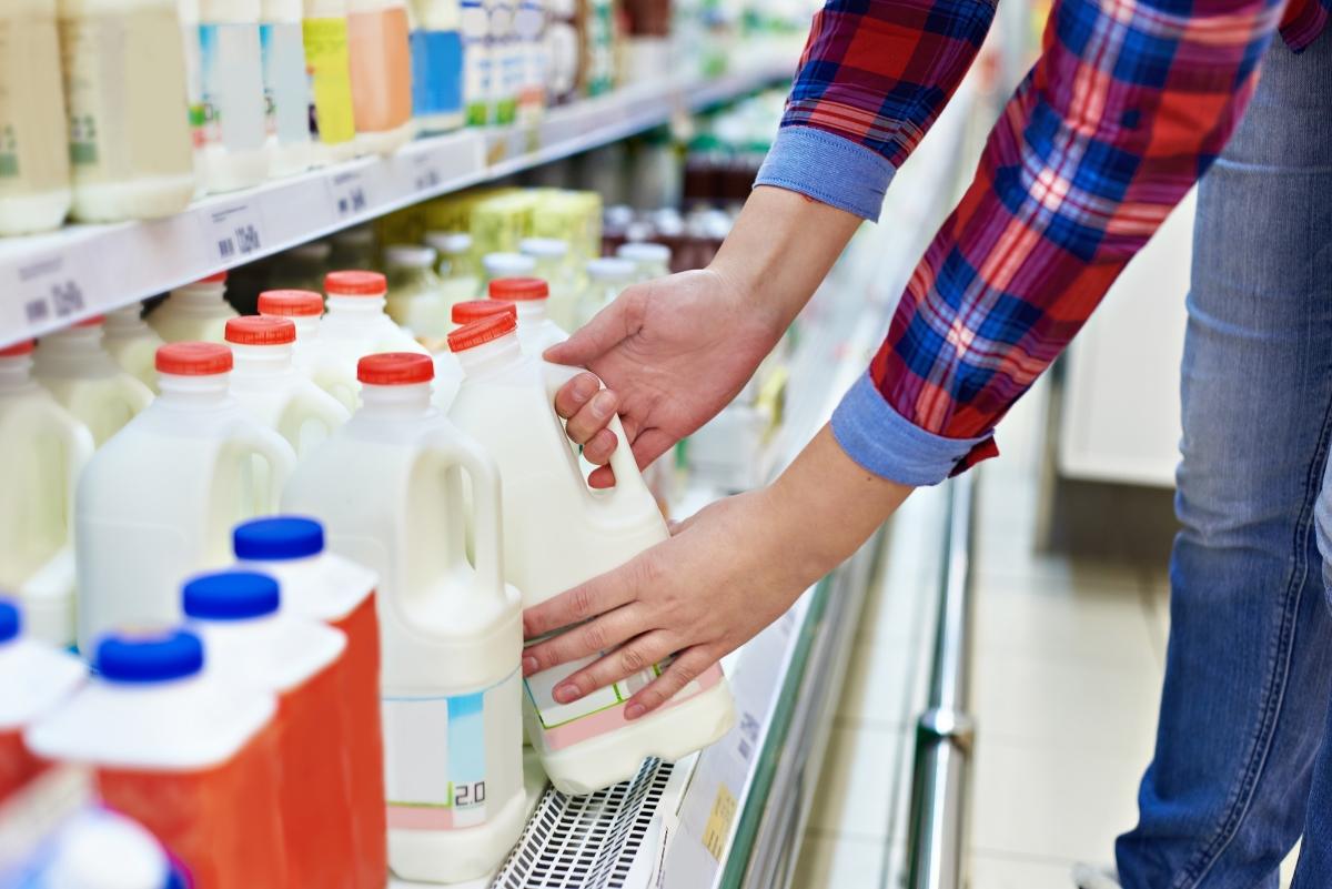 Мляко. Ако видите голяма кутия мляко на промоция, вероятността да се вкисне скоро след отварянето може да се вкисне. Следете внимателно срока на годност и по възможност: вземете кутия от дъното на хладилника. Там продуктите са с по-дълъг срок на годност.