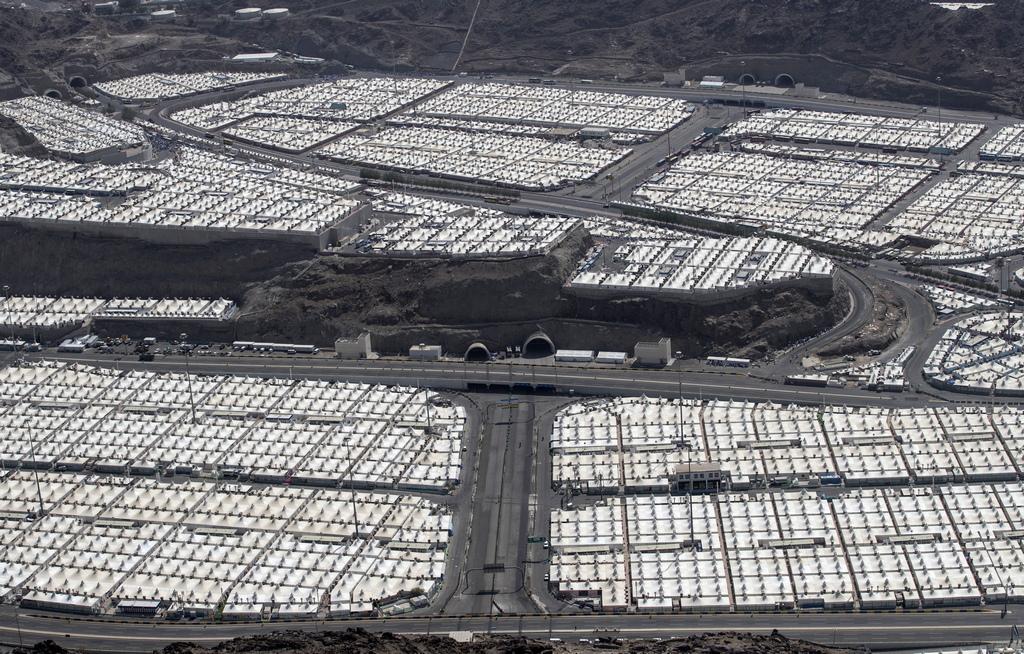 Палатковият град от птичи поглед прилича на огромно бяло покривало заради десетките хиляди разпънати в него палатки, обезпечени с електричество и всичко необходимо за престоя на поклонниците. Доброволци постоянно дежурят, а има полицейски служители, чиято задача е да следят обстановката. Установяването в лагерите започна в края на миналата седмица.