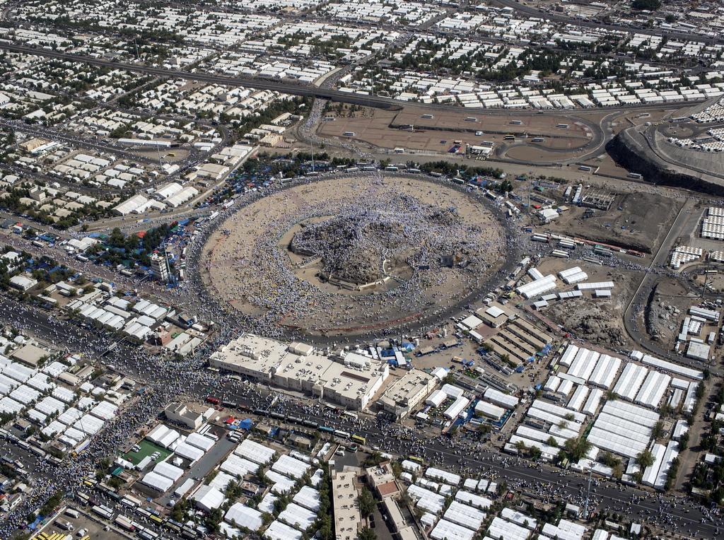 """Бдението на планината Арафат ще се проведе на 20 август. След това поклонниците ще извършат обред """"побиване на Сатаната с камъни"""" на моста Ал Джамрат и жертвоприношение на животно. То бележи началото на главния празник на всички мюсюлмани - Курбан Байрам (Ид ал Адха), който тази година започва на 21 август."""