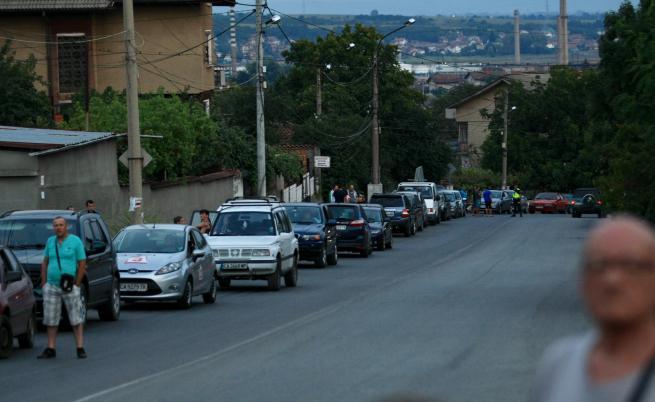 Движението е спряно, има километрична опашка от автомобили на пътя на Нови Искър