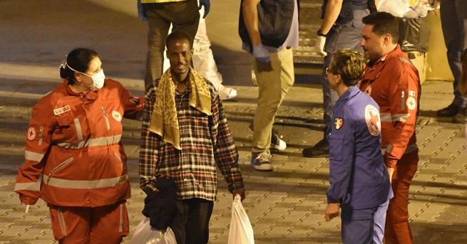 15 души, включително деца, загинаха, след като камион, превозващ мигранти,