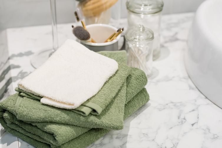Купчината с кърпи. В банята кърпата е необходимост, а не част от интериора. Дръжте на видно място толкова кърпи, колкото са ви нужни, а не трупайте много една върху друга само защото изглежда красиво като от снимка на луксозна баня в Инстаграм. Направете разбор на хавлиите си, разделете се с тези, които вече не ви вършат работа и освободете пространството до душа или мивката.