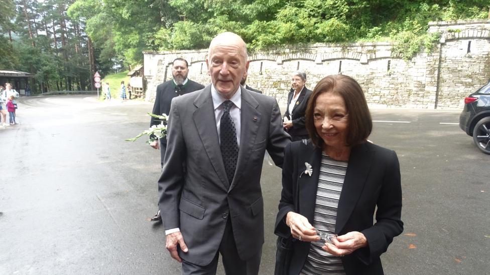 """- """"Грозно да ме принудят и то при една демократична България, към второ изгнание"""", заяви бившият премиер Симеон Сакскобургготски, който заедно със..."""