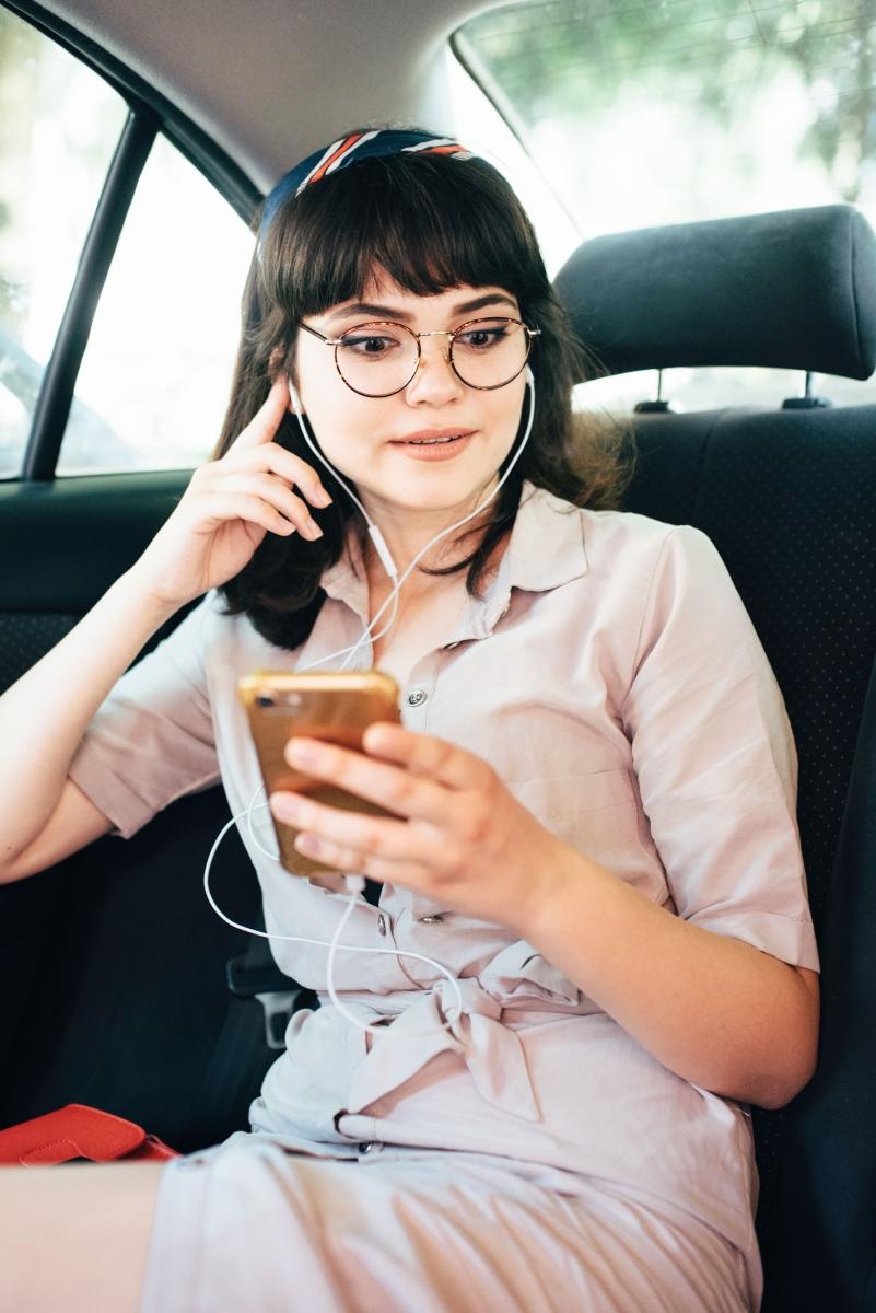 Когато сте в таксито, винаги можете да имате фалшив разговор, в който казвате след колко минути пристигате. Така шофьорът остава с впечатлението, че някой ви очаква.