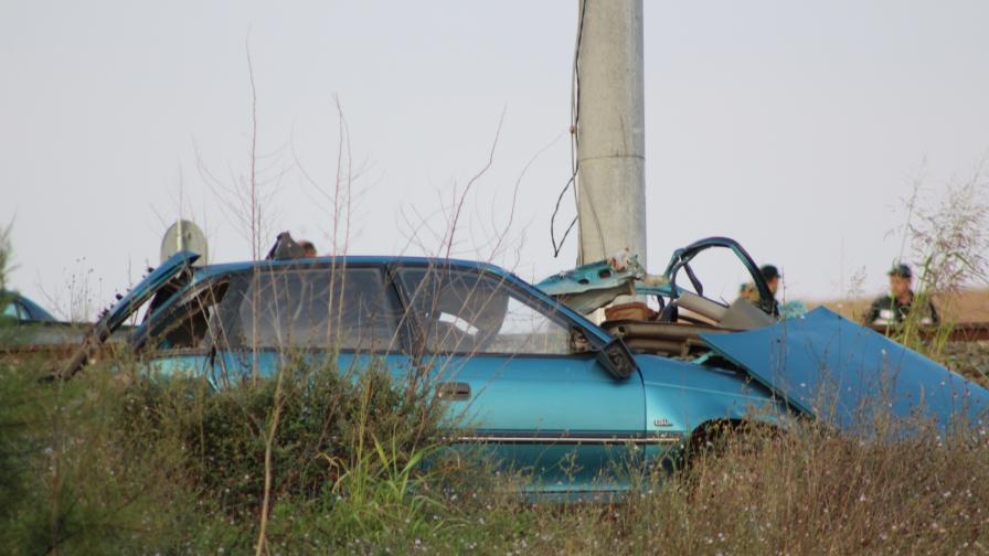 Тежка катастрофа, кола, блъсната от два влака край Михайлово