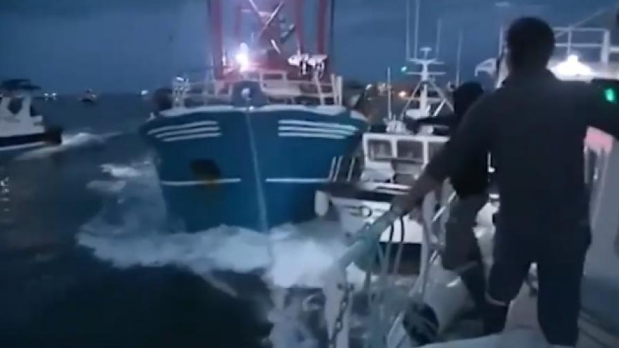 Борба за миди: Моряци се замеряха с камъни