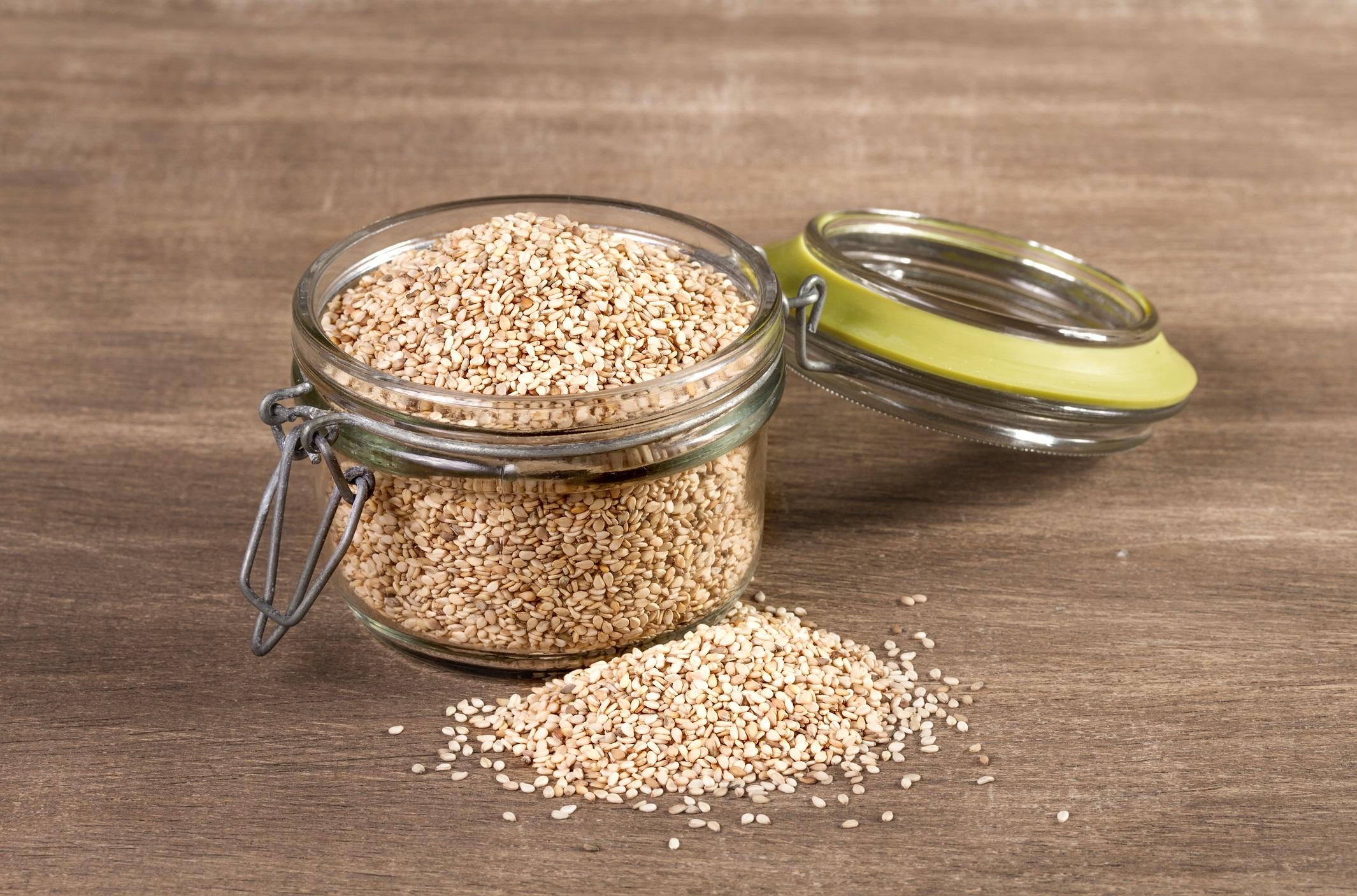 <p><strong>Сусам</strong></p>  <p>Привлича с голямото съдържание на калций &ndash; 4-5 пъти по-високо, отколкото при другите ядки и семена. Богат е също на желязо, магнезий, цинк, витамини от група B и витамин E. Препоръчва се по време на бременност и менопауза (за профилактика на остеопорозата). Подобрява метаболизма, влияе върху качеството на кожата, косата и ноктите, действа като афродизиак. Наличието на фитостероли намалява риска от някои видове рак.</p>