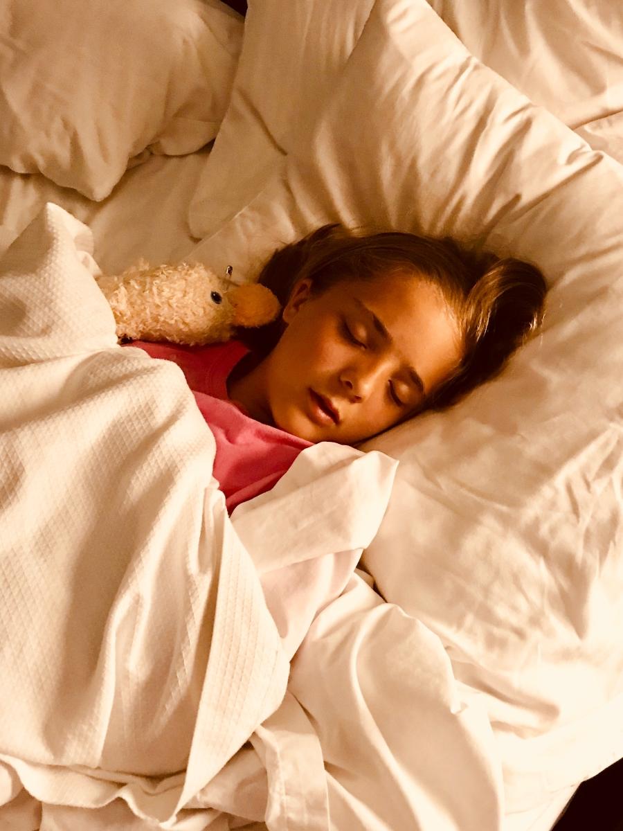 """Мат и съпругата му имали дъщери от предишни връзки. Вечерта преди да си легнат, той отива да каже """"Лека нощ"""" на момичетата. Когато се връща в спалнята, съпругата му изпада в истерия, че той е пожелал """"Лека нощ"""" първо на най-голямата дъщеря и после на двете по-малки."""
