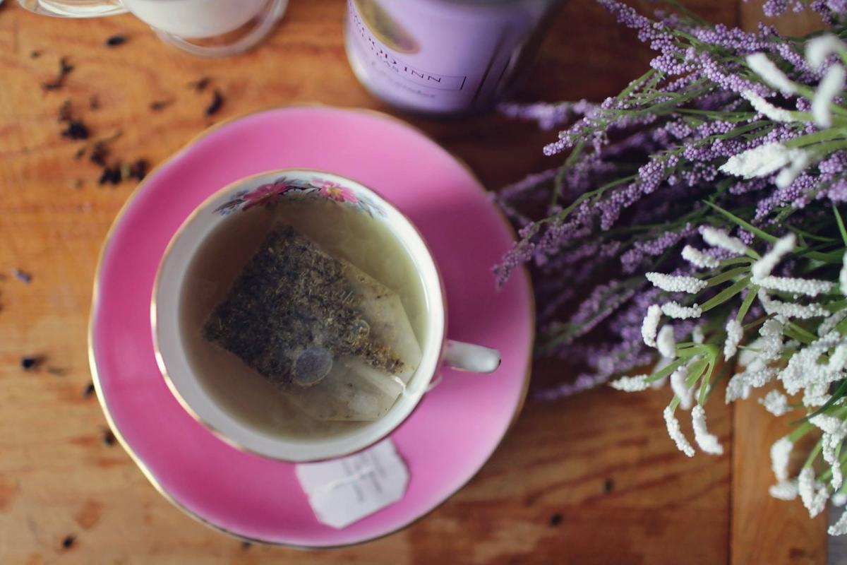 Лавандула - чаят от лавандула има успокояващ ефект. Така че, ако често се чувствате тревожни или неспокойни, преди да посегнете към по-сериозни медикаменти, опитайте чаша чай преди лягане.