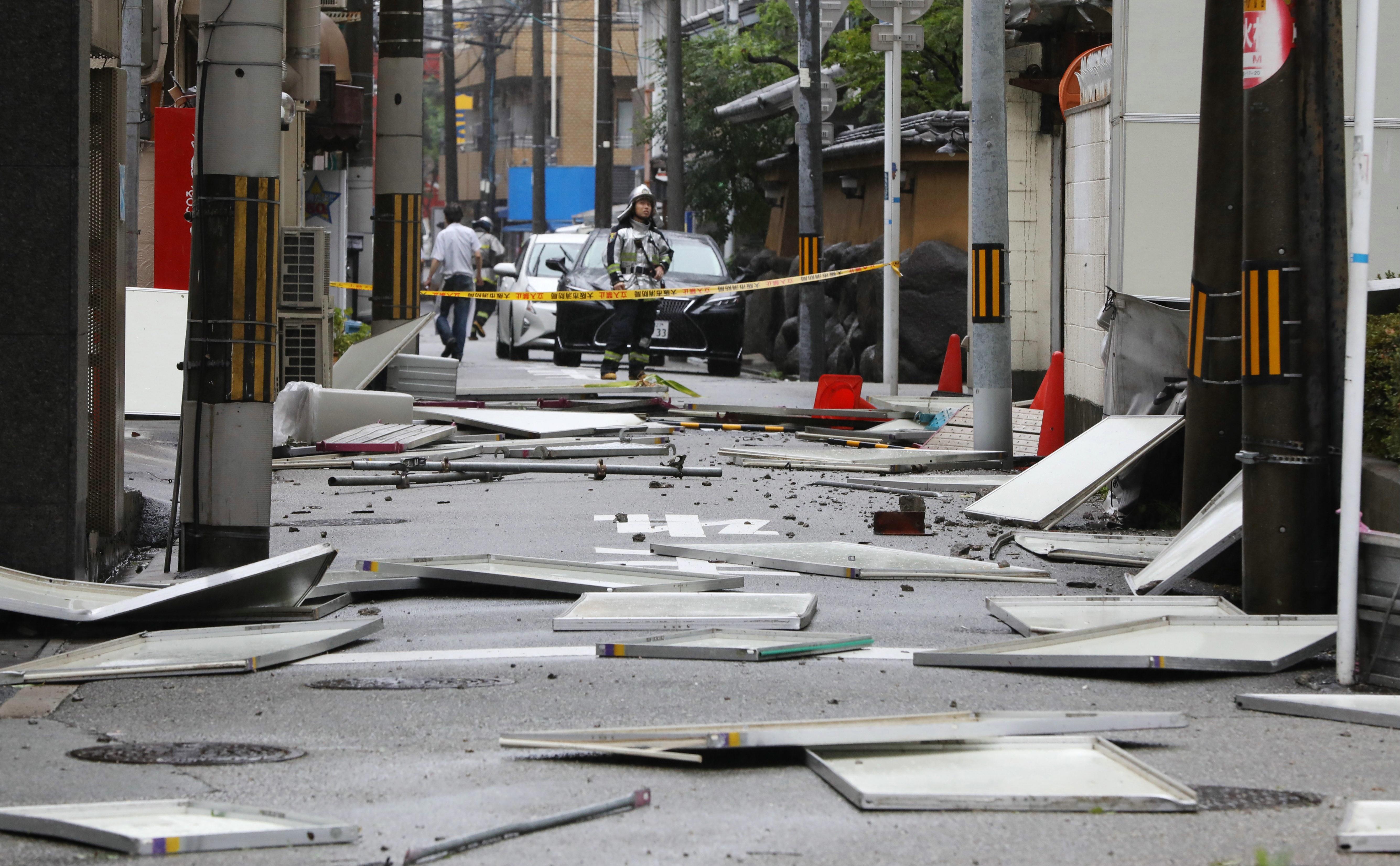 """Над 1 милион души в западните японски градове Кобе и Осака трябва да напуснат своите домове и да се настанят в евакуационните центрове заради наближаващия тайфун """"Джеби"""". Силният вятър и проливните дъждове, предизвикани от тропическата буря, принудиха авиокомпаниите да отменят повече от 700 вътрешни полета в Япония, най-вече по маршрутите между градовете Кобе, Нагоя, Осака. Тайфунът се очаква да премине над централната западна част на Японските острови с ветрове със скорост от 208 км/ч и пориви с над 216 км/ч. През следващите 24 часа над района, засегнат от бурята, ще паднат повече от 500 литра дъжд на квадратен метър."""