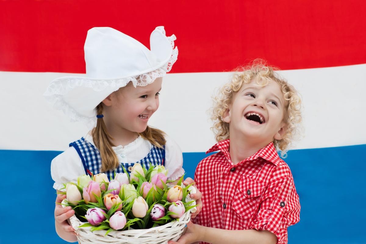 Нидерландия: 16 седмици. 6 седмици преди и 10 след раждането. Според статистически данни в страната, 89% от жените се връщат на работа в рамките на година след раждането.