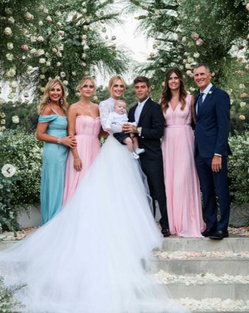 Най-известният модел блогър в света Киара Ферани се омъжи за дългогодишния си партньор - италианският рапър, известен с прякора Федез. Младоженците се пошегуваха, че сватбата им е еквивалент на истинска италианска кралска сватбвена церемония. Разбира се, най-вълнуващата част от специалния ден бе появата е булката, а Киара се погрижи да бъде център на вниманието с цели три сватбени рокли.