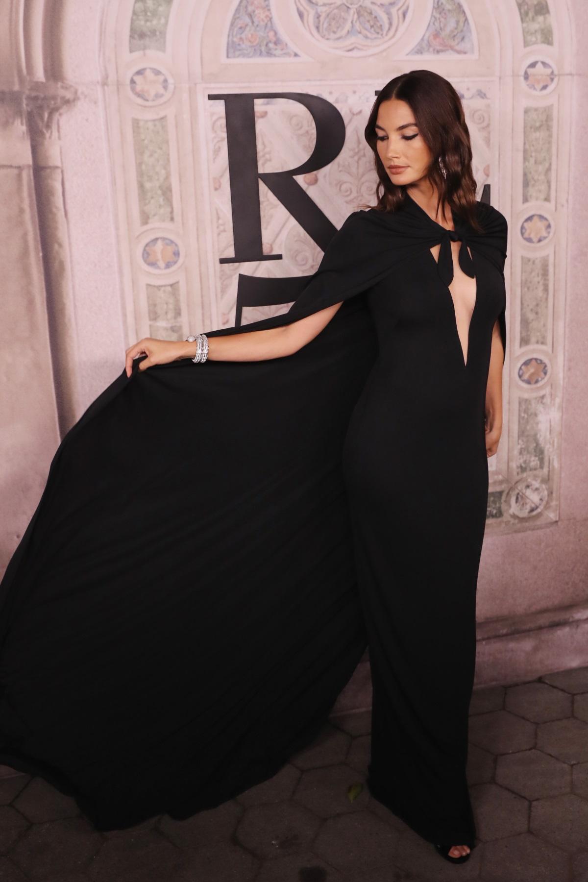 """Калифорнийската красавица Лили Олдридж изненада всички по време на Седмица на модата в Ню Йорк. 32-годишната манекенка дефилира бременна в 5-ия месец. Преди няколко дни тя съобщи новината в социалните мрежи. """"Лили Олдридж носеше специален аксесоар на подиума - своето бременно коремче"""", пишат световните издания."""