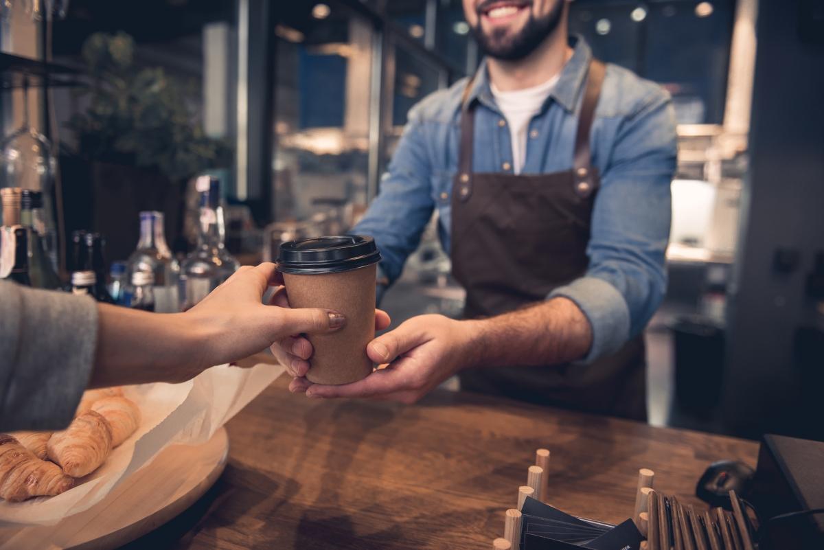 Не си купувайте кафе всяка сутрин. Да, факт, че от време на време е добре да се глезим, но не и всеки ден да пръскаме средства за неща, които можем да приготвим у дома.