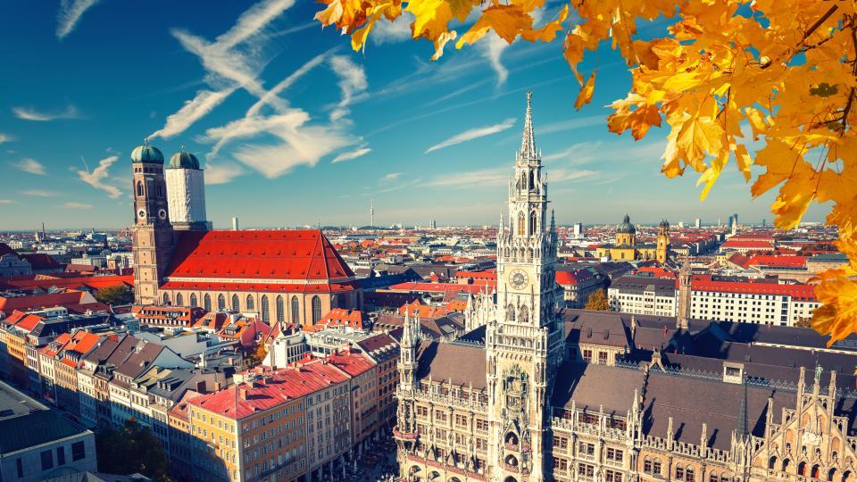 Мюнхен – модерен, забързан, с интересна архитектура и световно известни музеи, галерии, прекрасни градини, площади и… Октоберфест - събитието, което е отговорно до голяма степен за популярността на града. Най-големият и най-популярният фестивал на бирата в света се провежда всяка година от 1810 г. насам и привлича над 6 милиона посетители. Ако освен фестивала, желаете да поопознаете града, то разходка из Английската градина в централната градска част е задължителна. Тя е любимо място за отдих, пикник или просто безделие на жителите на Мюнхен. Тук се намират и т.нар. градински бирарии, които са разположени под короните на вековни кестени и са любимо място за среща с приятели на бира, както на местните жители, така и на туристите в града.
